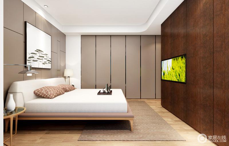 卧室以驼色的几何背景墙与矩形衣柜张扬线性之美,搭配驼色地毯,奠定了空间内的中式内蕴;褐色实木储物柜也充当了电视墙,实用却不影响空间的规整,白色床品衬托着新中式家具的轻简和大气,赋予生活更多的安静。