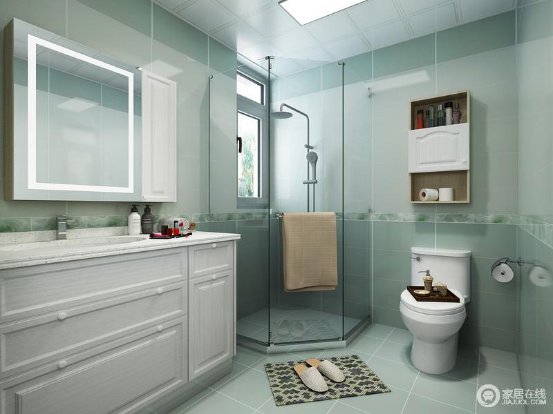 卫生间以莫兰迪色的砖石铺贴空间,塑造了清新利落,一改卫生间潮湿、沉闷的印象;白色盥洗台搭配镜面吊柜简单将日用品收纳起来,而角落处的淋浴室也因为窗户的原因,改善了浴室的通风和采光,巧妙发挥空间性。