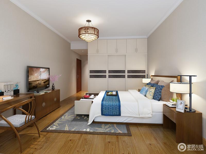 卧室以浅驼色漆为主,搭配褐色木地板平衡出淡暖和稳重,定制得衣柜与新中式实木家具组合,让生活更为朴质淡暖。