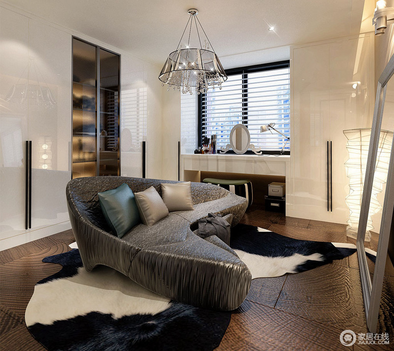 设计师将所有书架以封闭式结构上墙,释放活动区域;乳白色调与墙面融合,仿若隐形门。造型独特的沙发与地板纹理相似,在麂皮绒黑白毯营造下稳重优雅让人心生惬意。