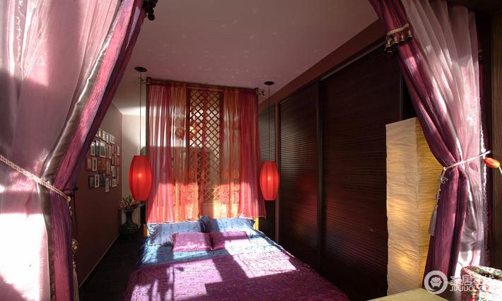 卧室更需要一定的私密性,镂空的隔断配上纱幔,使得空间多了份通透,红色灯笼吊灯借着中式之风,与床品构成和谐。
