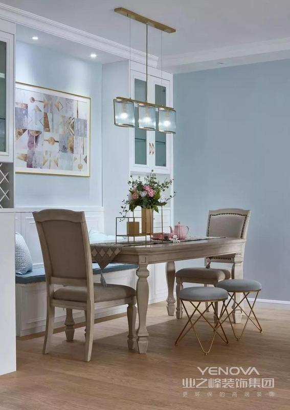 木质餐桌搭配粉色茶具 浓郁的美式风情不言而喻 整个餐厅十分丰富