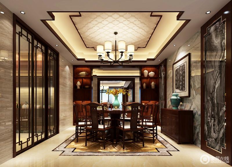 餐厅与厨房以玻璃推拉门区分空间功能,利落和得体;餐厅中式造型的吊灯以暖黄色之光,为空间渲染温馨,而大理石以不同的肌理装饰出空间的天然美学,搭配中式实木家具,成就浓重地东方古朴。