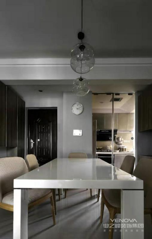 餐桌可直视厨房主人的料理的背影,很温馨