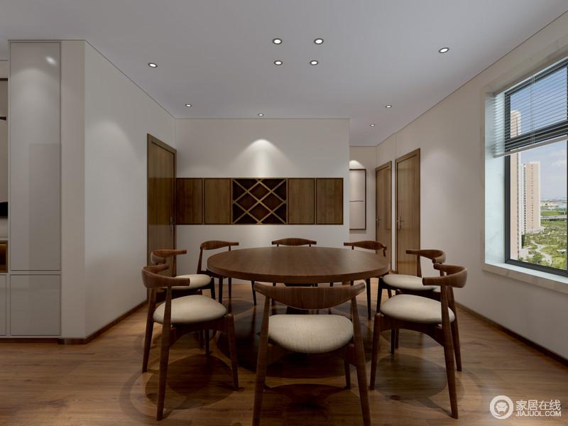 原木的沉稳平和搭配纯净的白墙,就餐环境充盈着拙朴素雅的格调,由此释放出随性安然的舒适;酒柜巧妙入墙,形成墙面层次且释放空间;造型圆润的圈椅配上简洁圆桌,透着圆滑从容的闲适意味。