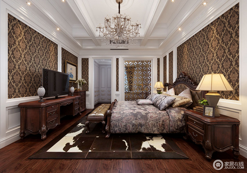 卧室整体线条简洁,白色的几何吊顶十分干练简单,而褐色复古壁纸与之形成反差,却造就空间的沉稳;金属隔断嵌入墙体之内,巧妙分区之外,与金属吊灯延续尊贵之风,软装的素静与实木家具的考究敦厚,让家更为温馨。