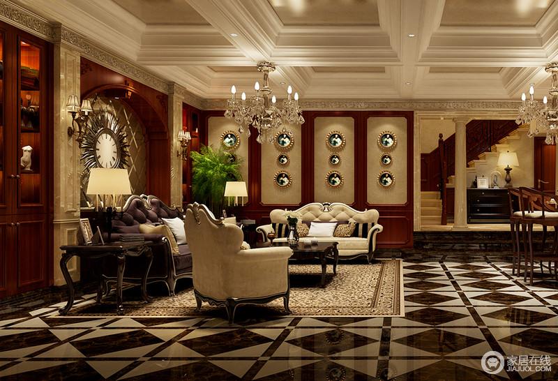 一层客厅中,几何拼色地板与井字格天花极具视觉冲击力,制造出强烈的空间感;红木墙板装饰在墙面上,结合着拱形门洞和花板,烘托着造型优美的米黄和深紫色沙发,在璀璨光辉中,满室华贵。