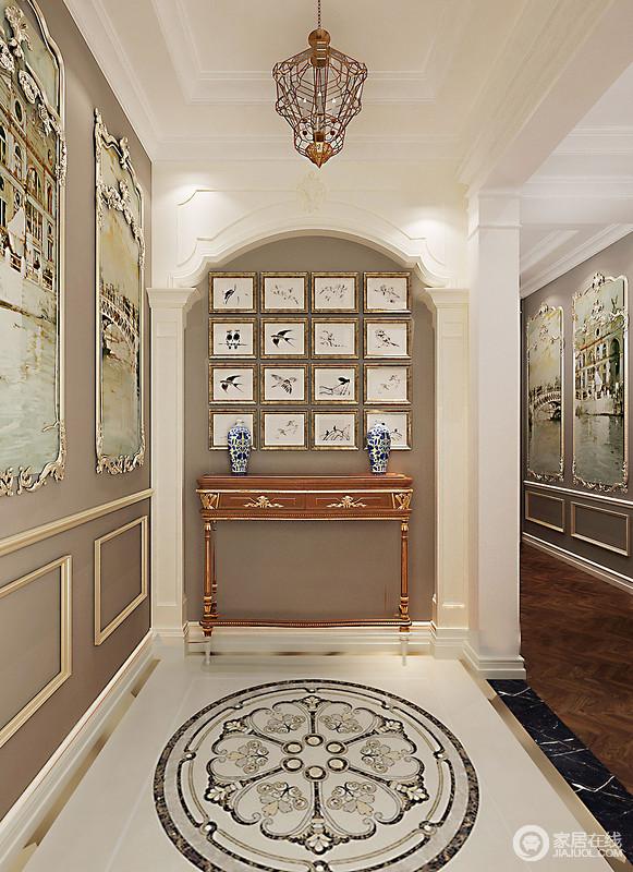 走廊以灰色和白色漆为底色,墙面金属边框内的生活场景图雕刻出巴洛克艺术之美;石柱耸立在拱形结构显出建筑复古美学,地面拼花更填生韵,实木镶金边柜的古藏价值,和素描照片墙、青铜瓶点缀出空间的文化底蕴。