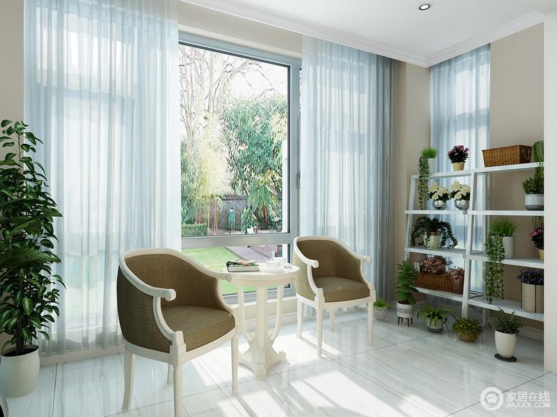阳台的大落地窗为空间带来强烈的采光,让空间更为通明亮堂;浅木纹砖石铺贴地面,与驼色的墙面,再现了一个朴质的氛围,而花架和绿植,无疑,让空间生机盎然;美式桌椅成套配置,让休闲更为精妙。