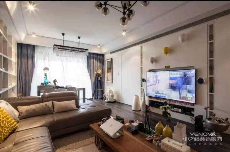 整儿开放空间的材质统一用了白色哑光烤漆,主卧室的房门与电视墙采用一体化处理。