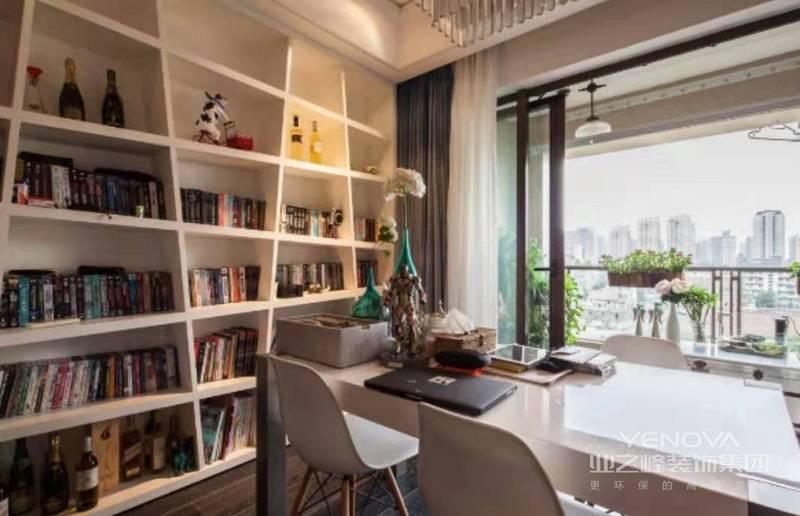 书房里的'静'和阳台的'动'相互结合,增添动感,动静相宜,相得益彰。