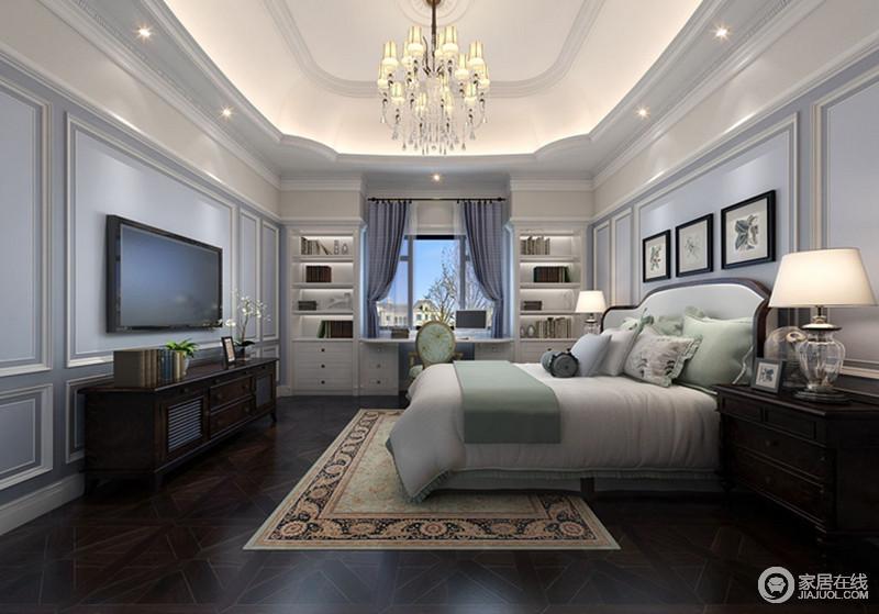 卧室吊顶简单的花式造型,给空间增加了结构美学,与浅蓝色石膏墙的几何设计构成古典清雅;票靠窗处的两个收纳式书柜对称而置,让空间有了书香的味道,浅绿色的床品软装与美式实木家具组合,成就空间的复古与清润舒适。