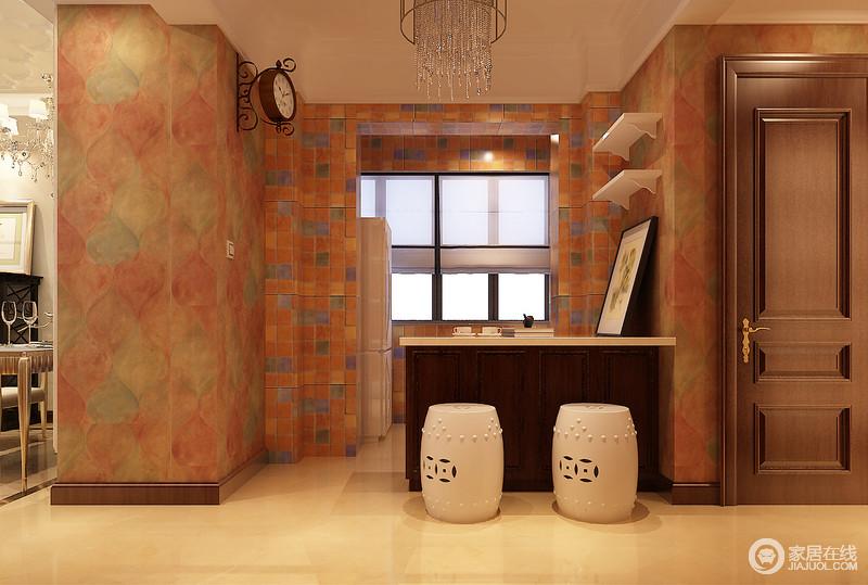 厨房的设计通过墙面壁纸与马赛克砖的拼接,渲染出多层次的浪漫感,完全消除了来自厨房的烟火气;棕木柜大理石台面的吧台,配上小巧的白色鼓凳,深浅配搭既划分空间,又制造出休闲情调。