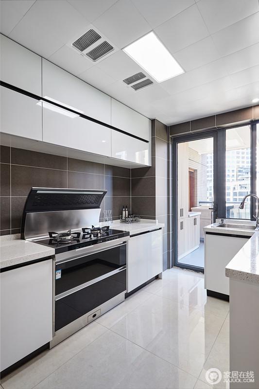 厨房的与外面阳台打通,不仅光线充足,同时也让空间更加宽敞舒适;黑白组合的橱柜简洁实用。