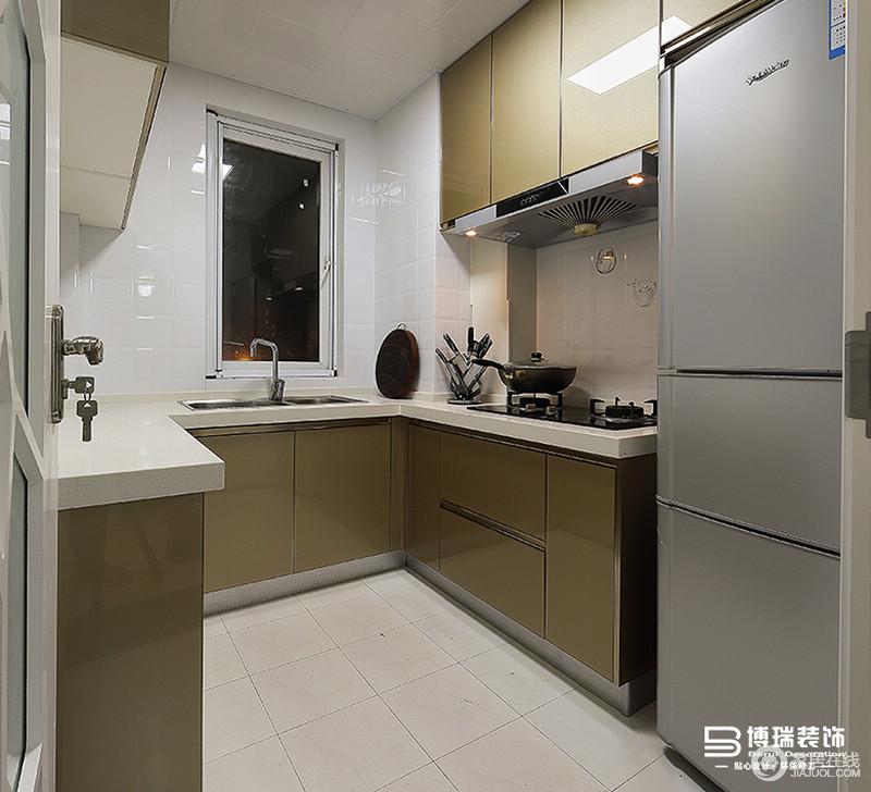 U字型厨柜设计,让储物空间增大,大理石台面结实易清洁,让空间简单却实用,烤漆板材的大地色系,让空间足够大气。
