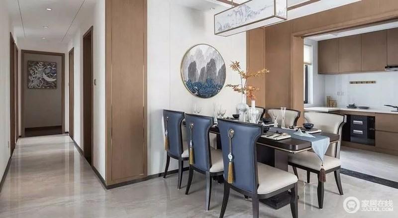 餐厅以蓝色作为延续,开放式厨房和餐厅装饰板颜色呼应,虽是两个空间,但和谐统一巧妙得融为一体。