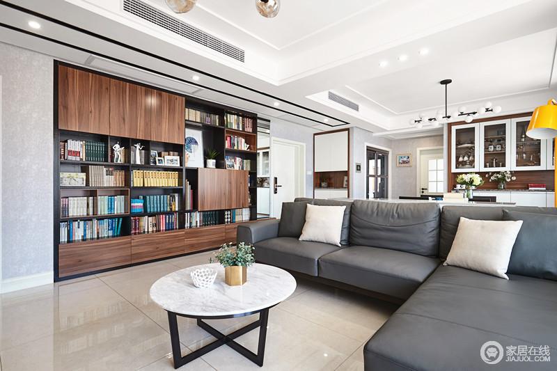 客厅一排的书柜让整个空间有了书香的气息,也让家有了浓浓的文化氛围。