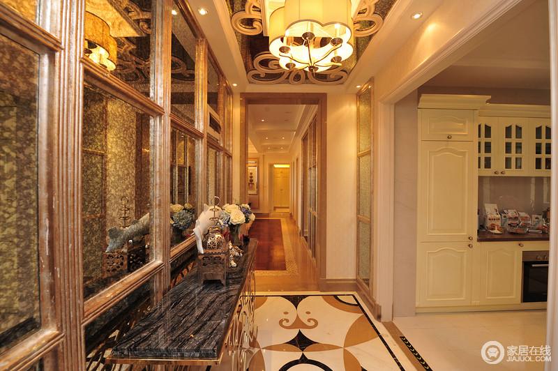走廊的地面拼花设计,赋予空间造型艺术,再加上黄韵之光的映衬,更是显得格外温和;玻璃格栅门既区分了空间,也因为黄铜底座、黑色大理石面的边柜显得尤为奢华。