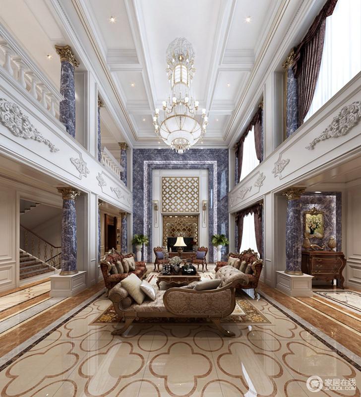 客厅整体结构具有互动性,楼台立面的雕花设计与几何吊顶的块状感,铸就建筑美学;灰色大理石廊柱与背景墙采用同一种材质,硬朗之中镌刻着天然之韵,搭配中性色的欧式家具,平衡出温和与华美。