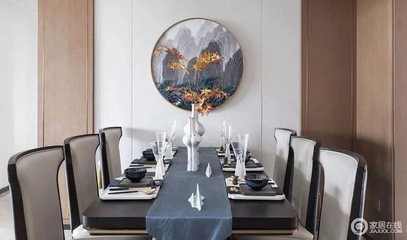 墙壁上的圆形装饰画,作为点睛之笔,呼应客厅的水墨元素,让餐桌都跟着精致了起来。