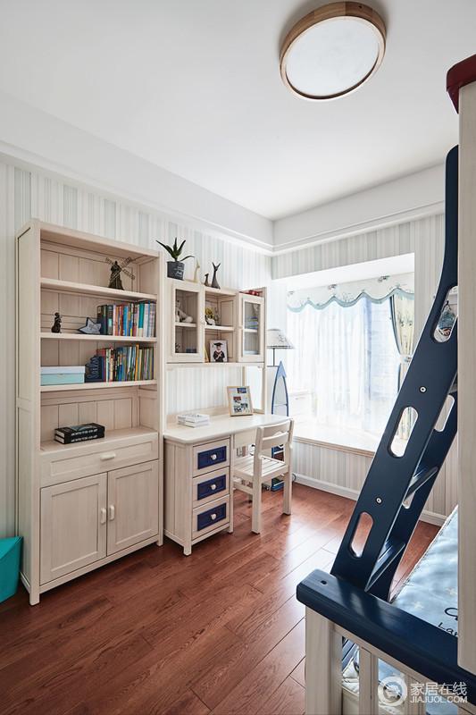 儿童房不仅满足了儿童休息空间,还可以有独立的学习空间,家具组合满足收纳,飘窗处的窗帘与壁纸为空间增添了不少清新。