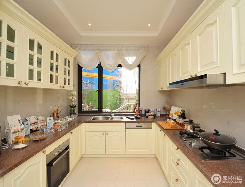 厨房U字形的设计,细分了日常生活的操作,米黄色橱柜搭配褐色台面,实现储物之需,也营造温馨的氛围。