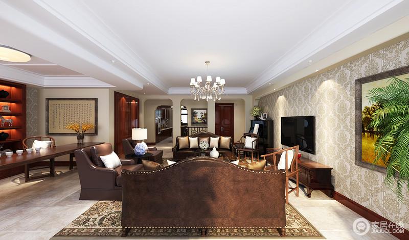客厅因为配重墙的微拱形设计显得具有结构之美,大地色花卉地毯生姿盎然,带来春的生机;美式铆钉棕色皮质沙发显得尊贵而复古,美式实木茶几放在中央,协调出大美;新中式圈椅点缀其间,搭配出生活的实用哲学,而开放式书房更让你随心所欲。