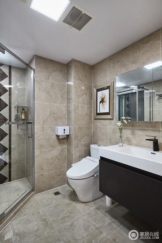 卫生间淋浴房使用了马赛克背景墙,给空间增添了潮流个性的元素,让原本土褐色的地砖一改沉闷,干湿分离的设计也更为便捷。