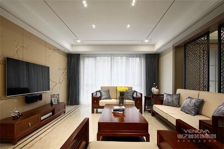 客厅电视背景墙采用梅花墙纸铺贴,简洁又不缺失中式的韵味