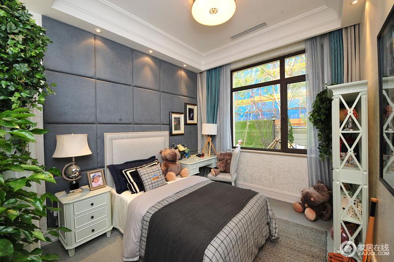 卧室结构规整,几何软包背景墙以灰蓝色与灰色地面呼应,渲染宁静的气氛;古典实木家具一应俱全,搭配灰色床品、蓝色窗帘,点缀出空间的素雅,再加上儿童玩饰和室内陈列的搭配,组合出了一个温馨、舒适的孩子房。