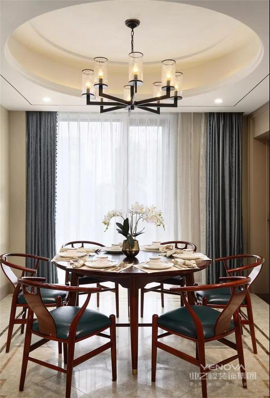 餐厅放的是圆桌显的空间很大