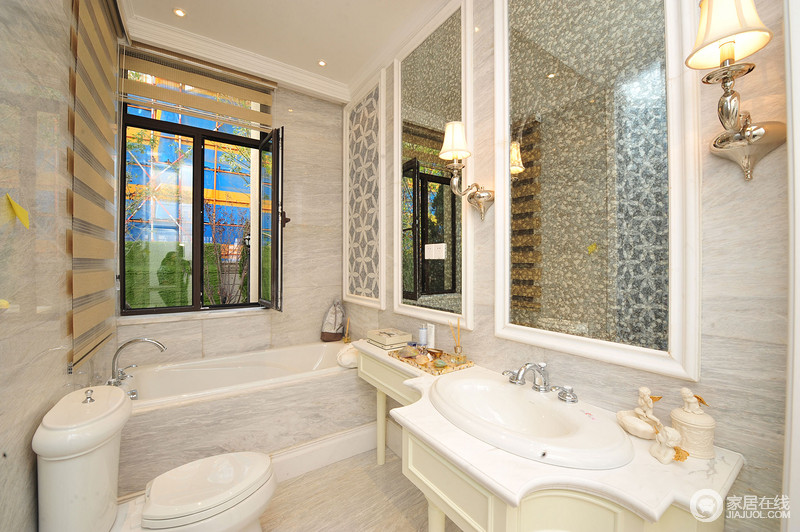 卫生间的立面铺贴了浅灰色细纹地砖,云墨感的肌理,成为空间最天然的美学;黄铜壁灯镶嵌在镜子两侧,为空间取光,同时,盥洗柜和浴缸的设计,满足主人的生活需求,很是实用。