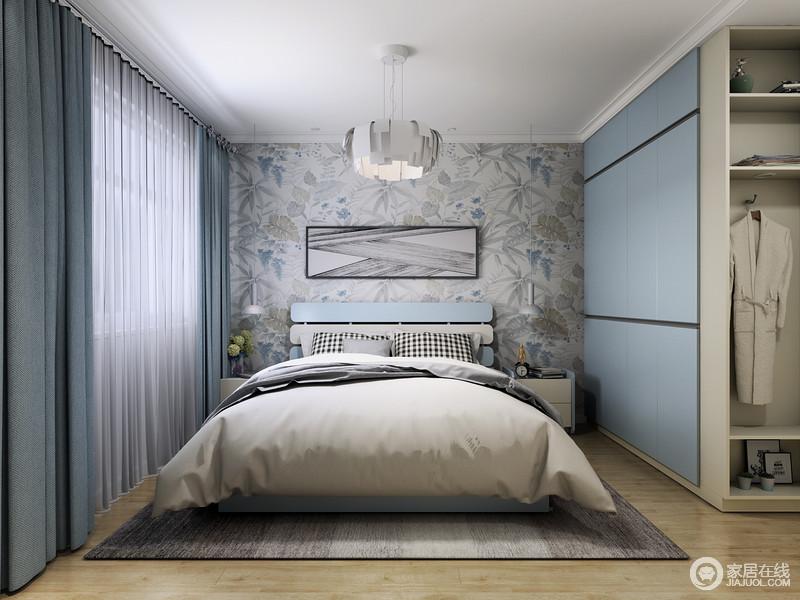 卧室以舒适为主,原木地板为空间增添了自然朴素,同时,给空间增加了暖调;浅灰色花卉壁纸带着田园的轻快和素静,搭配中性色的床品,让主人休息得安适、稳妥,蓝色窗帘搭配蓝色定制的衣柜给予空间宁静感,同时,让主人生活得格外舒适。