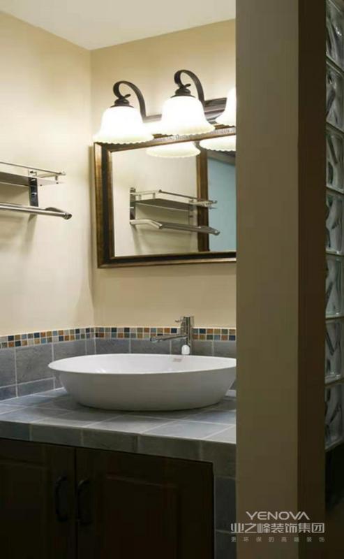 卫生间做了干湿分离区,洁具和瓷砖也是浅色搭配