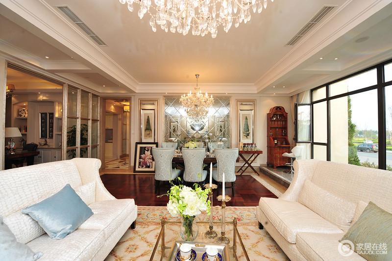 客厅结构感很是强烈,矩形吊顶勾勒出了空间的方正,规整的空间摆置了米白色皮质沙发,对着陈列像是两个朋友在畅谈;花纹地毯的用色明快而不失清暖,搭配黄铜玻璃茶几,装饰出空间的端庄、雅致。