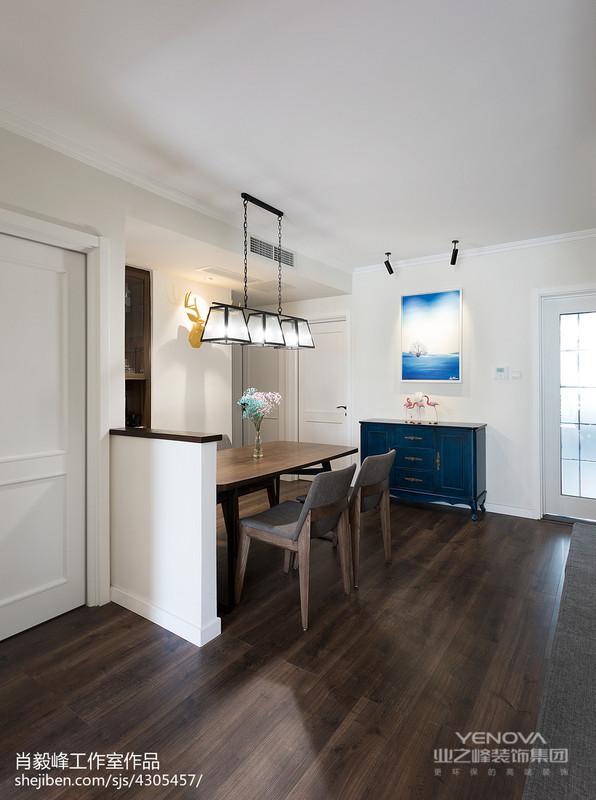主卧室向外改出,侧对餐厅,给餐桌一个角落,再设计一面矮墙,这样餐桌既有了依靠,也不会阻挡视线,蓝色作为点缀, 提亮空间层次。
