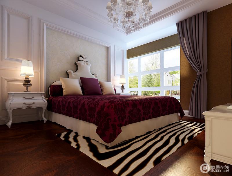 主卧室的色彩浓淡分明,简白色的墙板装饰在床头,立体中有着清新纯粹;床品和地毯及墙面,在紫红、黑白和棕褐的强烈碰撞中,一展时髦的瑰丽高贵情调;尤其床头靠背的趣味造型,吸睛又活泼俏皮。