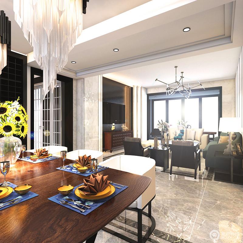 从餐厅纵览客厅,整体散发着沉稳理性的空间气质;阳台上黑色的落地窗带来大面积的自然光,中和了空间的厚重感。