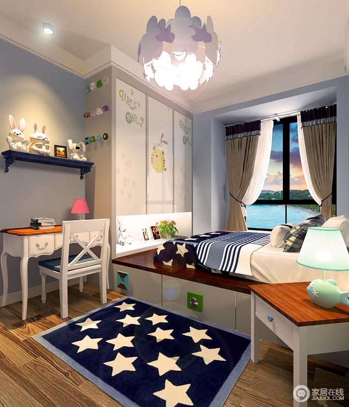 男孩子的房间利用收纳榻榻米形式靠窗布置,增加了空间的实用性;在衣柜一侧布置了学习区,同样利用墙面设计搁架;大量的玩物和星条纹元素的运用,让整个空间里童趣十足。