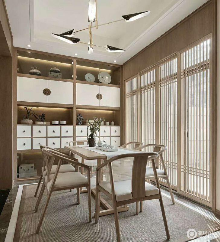 餐厅以原木楞作为屏风设计,既与其他空间分隔,又让空间多了空隙感,具有空间之美;原木色的储物柜与陈列的器物营造了一份中式禅静,同时,给人一种亲近自然的感觉,下午时光三俩好友围坐在一起品上一杯浓浓的功夫茶,很是惬意!