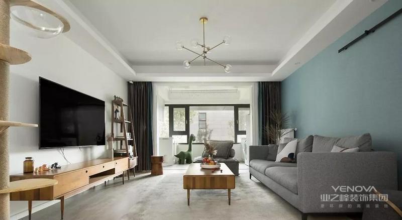 客厅整体以灰白色调为主,搭配原木色的家具给柔和的空间增添了几分质感; 极简的电视背景墙在复古的电视柜和置物架的衬托下也别有一番风味,木质家居在蓝色窗帘和背景墙的衬托中,更显得温实了不少。