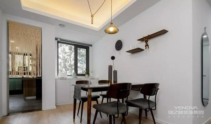餐厅黄铜吊灯的点缀,让胡桃木的餐桌 餐椅瞬间变得高级又轻盈;临窗而置的白色餐边柜在保证视野和光线的同时 增加了存储空间,家具和收纳架的黑色系成就了空间的黑白格调。