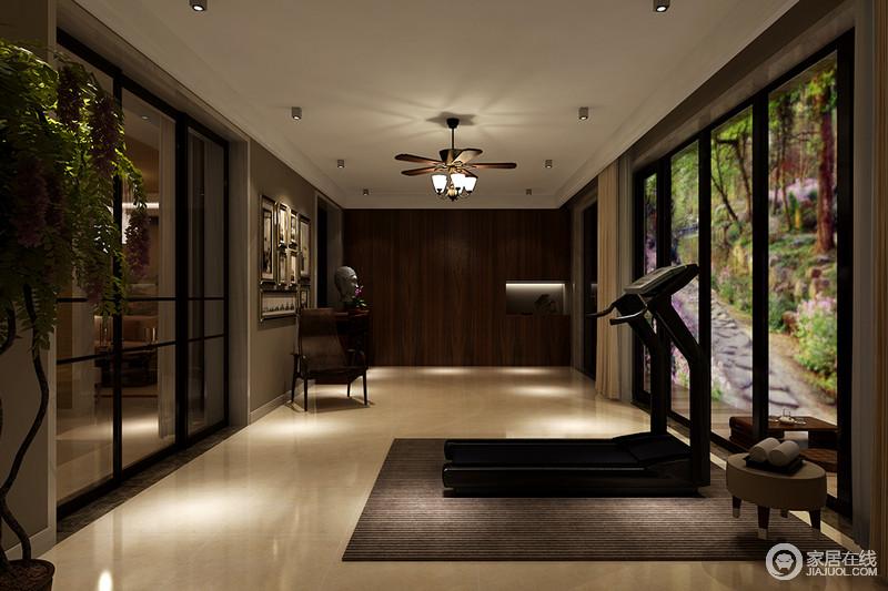 健身房的落地窗带来充足的采光,让原本的空间更显敞亮;灰色墙面上的一组照片墙与佛头雕像陈列出空间艺术,圆几与木凳的现代精秀,搭配木质吊灯装饰出空间的质感,让健身也具有格调。