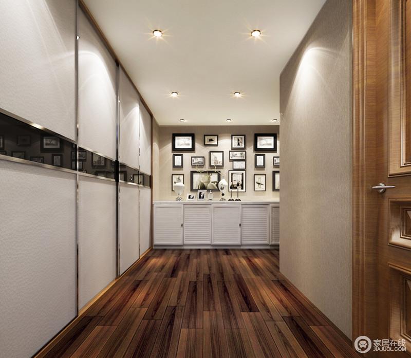 二层的走廊空间里,地面采用拼接木条铺陈,保留了几分中式的深邃幽静的延展;墙面则用浅驼色壁纸搭配白色硅藻泥,用银线、黑钢玻璃、地柜和照片墙装饰点缀,混搭出别具风情的温情时尚。