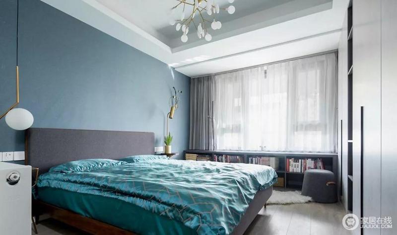 主卧以蓝灰色为基调,搭配自然静谧的木色以及出挑的孔雀蓝,给予空间清雅和冷静,而落地的书柜将主人的藏书都收纳了起来,而时尚的灯具作为点缀,着实是把诗意和远方装进生活的每一处角落。