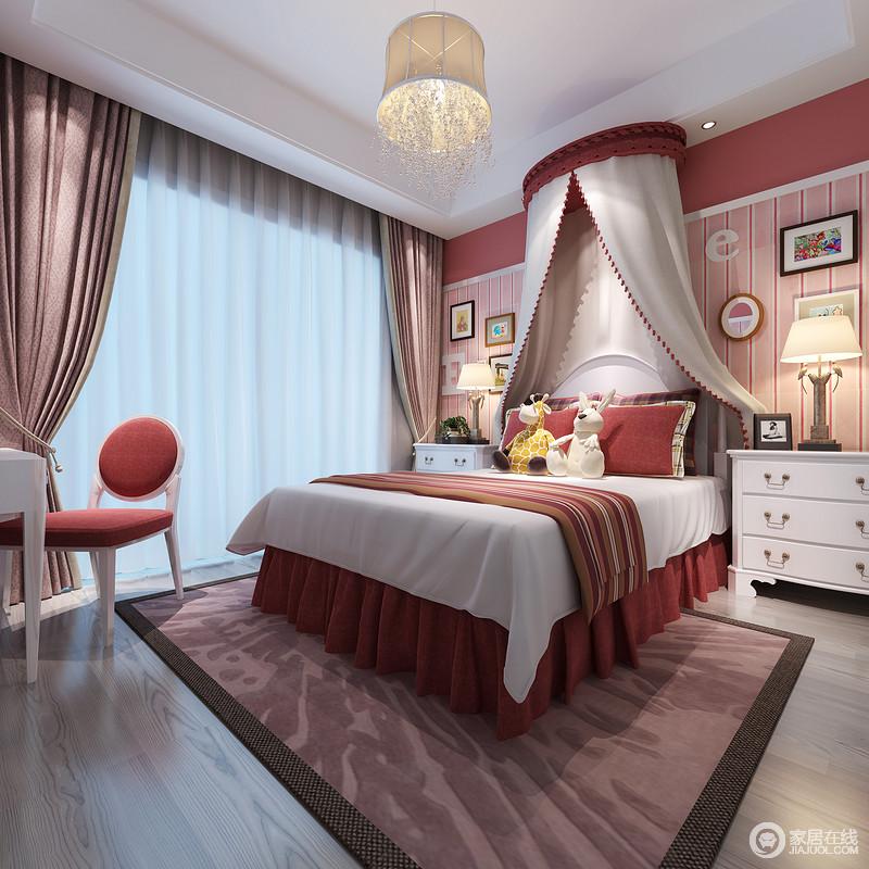 卧室以粉红色条纹壁纸来激活整个空间,充满了生活的炽热,床幔增添了浪漫和别致,搭配红色条纹床品和紫色系窗帘、地毯,缓解了白色实木家具的单调,写满热情和活力。