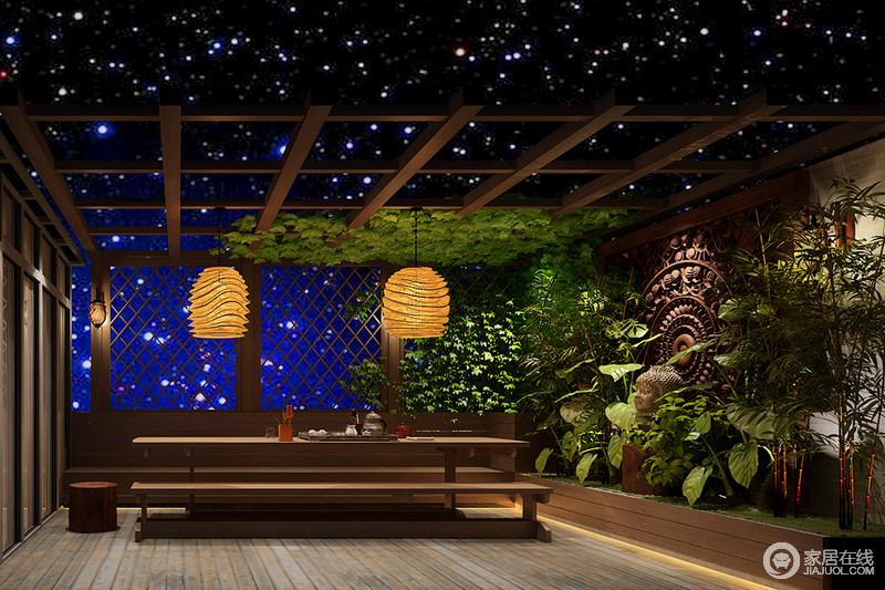 茶室并没有作中规中矩的设计,反而利用木吊顶和镂空木床,打造一种户外田园的意境,再搭配绿植墙,十分清新自然;灯笼起到协调挑高的作用,并以重点照明的方式,照耀着木桌木凳上的茶器,烘托了闲适氛围。