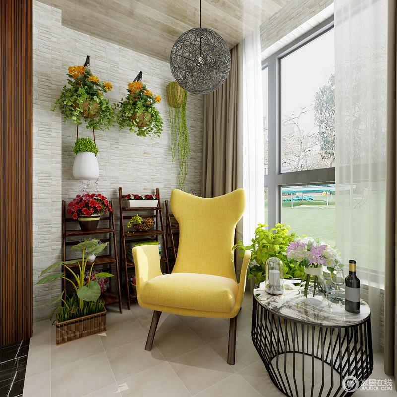 阳台上,设计师以粗犷的理石背景打底,丰富的花植将背景空间点缀的意趣盎然,并与室外的绿意,互动出蓬勃生机;搭配时髦造型的休闲椅与线条灯饰和茶几,空间休闲中透着悠然闲适。