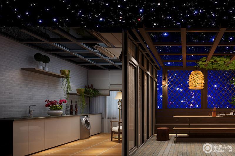 半开放式的厨房,让两个空间都显得宽敞,灰色文化砖铺贴出了精致,悬挂架与组合柜实现收纳,让日常盥洗更为便捷。