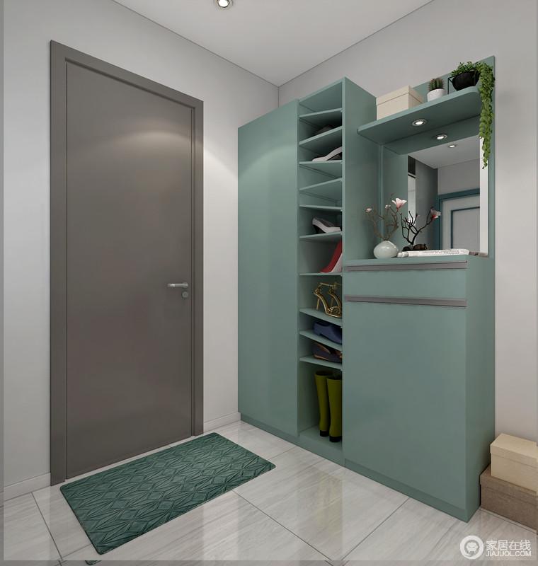 门厅处的设计以定制为主,定制得鞋柜以分层设计和橱柜功能结合,满足主人的收纳需求;原本浅灰色的空间搭配深灰木门和绿色鞋柜,素静之中不失生气。